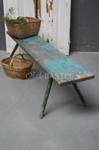 Houten bank 40036 - Stoere origineel oude houten bank op groene stokpootjes. De zitting heeft een mooie geleefde uitstraling en heeft verschillende blauwgroene tinten.
