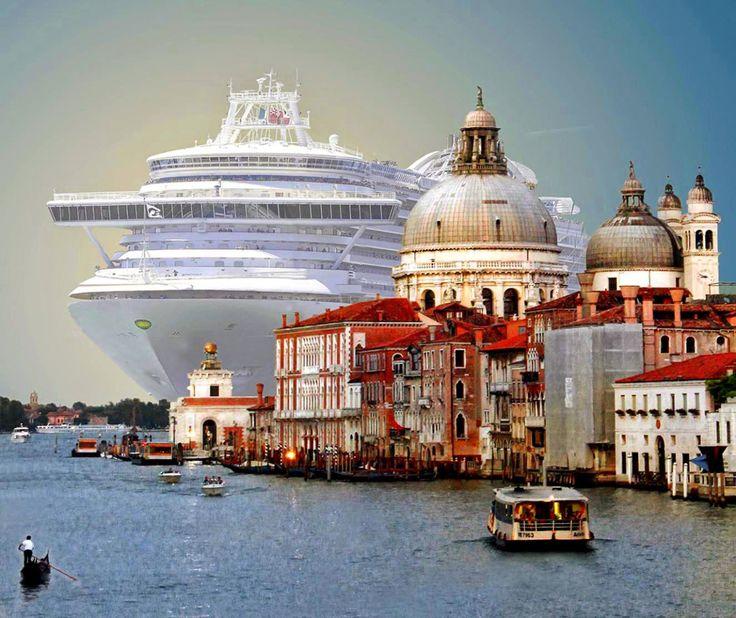El enorme crucero MSC Magnifica con longitud de 293 metros entrando en el puerto de Venecia.
