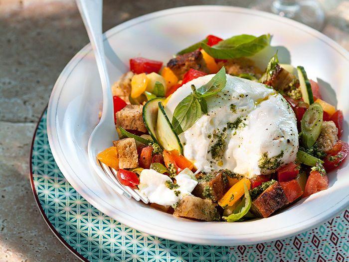 Découvrez la recette Panzanella à la burrata sur cuisineactuelle.fr.
