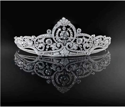The Belgian Princess Joséphine-Charlotte received many gifts for her wedding with Hereditary Grand Duke Jean in 1953. One of the most splendid jewels that was given to her, was the tiara gifted by the Société Générale, the Belgian national bank. They ordered a tiara which had to be entirely made with diamonds from the Congo at Coosemans, a Belgian jeweller. The 854 brilliants are set in platinum, totalling 46.42 carats. The tiara is mounted on a palladium base.