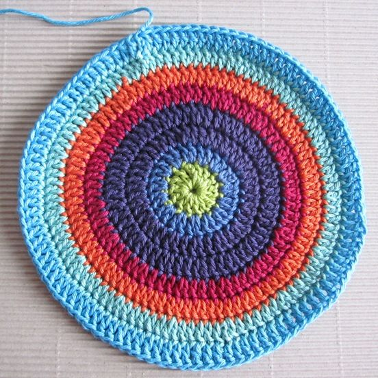 How in the round ...: O) Created a recipe / tutorial on how to crochet a circle, for example, a tile or potholders ...: O) If one does not increase correctly, either too few or too many stitches, so it will be dented. I've used Cotton Sport of Gjestdal, crochet hook no. 3 mm Cast ch 5, take a ring with 1 ch