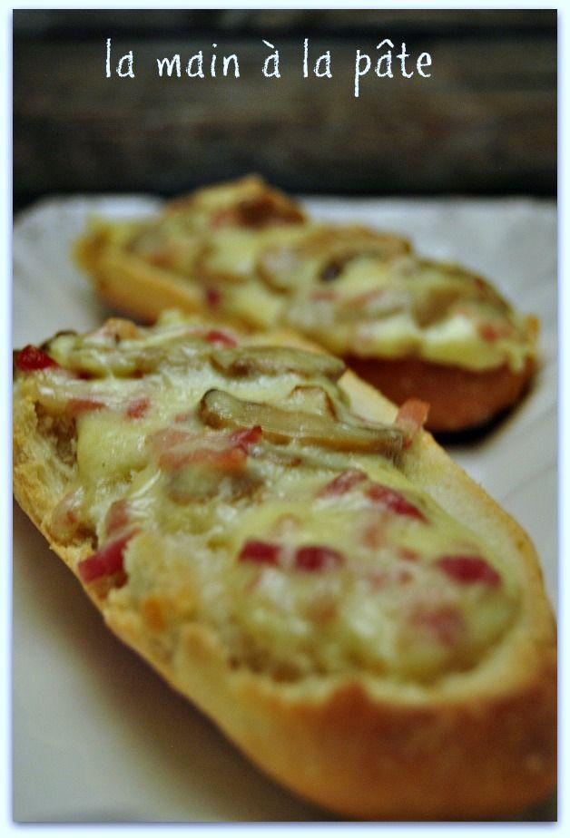 Baguette de pain ouverte en deux et tartinée de béchamel à la mozzarella, petits lardons et champignons.