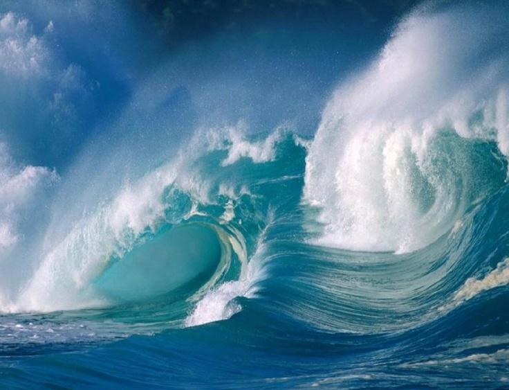 이것은 거대한 파도이다. 파도는 바람에 의해 발생되는 것으로 깊이, 바람의 세기, 방향에 따라 크기와 모양, 속도가 변한다. 파도는 침식과 퇴적에 중요한 역할을 하며 조류운동에도 연관이 있다. 보통 이런 커다란 파도는 바다 멀리서보단 수심이 얕은 해안가 근처쪽에서 생긴다. 이런 파도가 있는 곳에서 서핑을 한다.