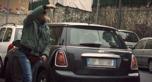 Stavano facendo controlli sulla cosiddetta movida i carabinieri dellla compagnia Napoli centro,http://tuttacronaca.wordpress.com/2013/10/20/non-vuole-pagare-i-diritti-di-parcheggio-labusivo-lo-colpisce-con-un-sasso/