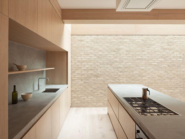combinació de fusta i paret de cara vista interior, paleta de colors neutres beige