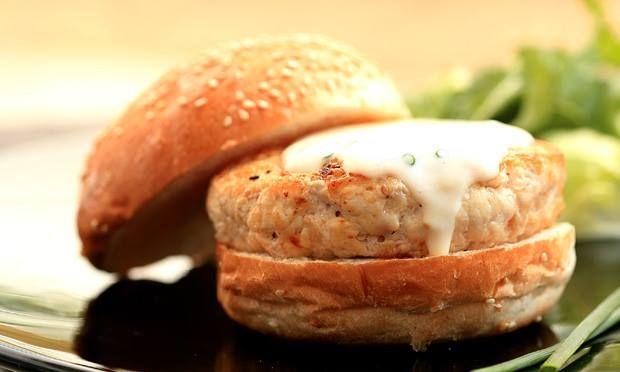 Tem sobras de salmão no frigorífico? Prepare esta receita! #Hambúrgueres_de_Salmão_com_maionese_de_caril #receitas #sobras #alimentos #salmão #maionese #reaproveitar #almoço #marmita #família