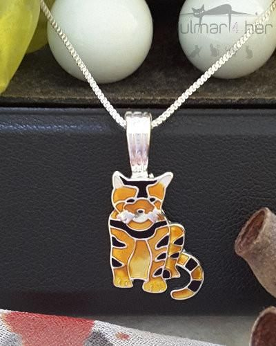 A beautiful cat shaped pendant designed by Linda Bolhuis. Features hand painted enamels. Lightweight and comfortable, this pendant comes complete with a 450mm silver chain.