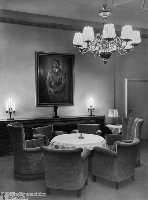 Der Gesellschaftsraum im Deutschen Presseklub, Berlin, mit Hitlerporträt an der Wand (1935)
