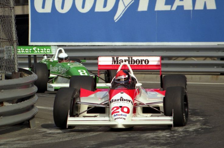 Emerson Fittipaldi (Penske-Chevrolet), precede Teo Fabi (March-Porsche) a Detroit 1989. pinterest.com