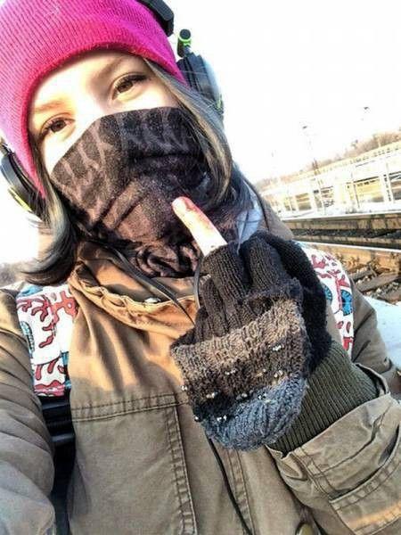 Rina Palenkova  >>> Quelques minutes après, elle se jetait sur les voies ferrées.