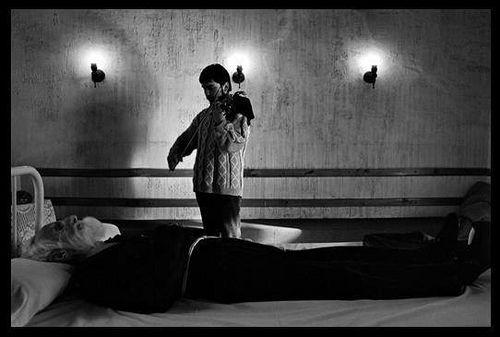 """1 de Junio de 1990  en una pobre cama yace el cadáver de Clotario Blest Riffo vestido con el hábito de la Orden Tercera para su viaje inmortal. Un seminarista franciscano toca """"Erbarme Dicht"""" de Juan Sebastián Bach. Foto de Alejandro Hoppe by santiagonostalgico"""