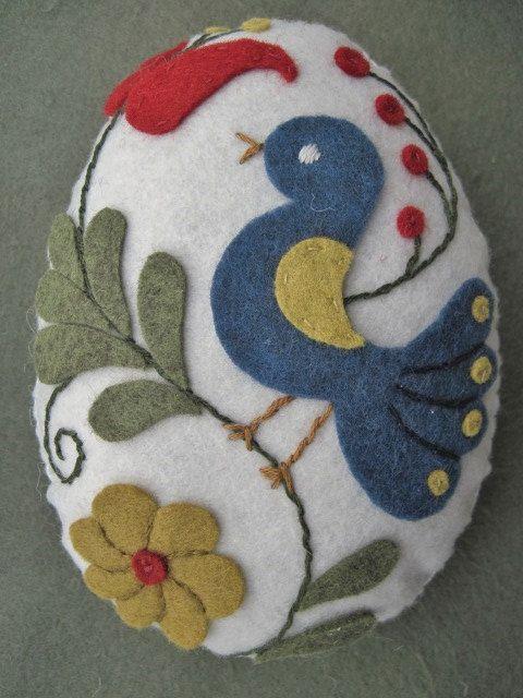 He mano apliques y bordados de este conjunto de cuatro huevos de Pascua con motivos de arte popular húngaro. El color base de lana de fieltro he utilizado es blanco antiguo. Cada uno está respaldado con la misma lana de fieltro y relleno con polyfil. Parte trasera y delantera son mano cosida con hilo de algodón perlé de DMC. Medidas: 5 1/2 de x 4   Gracias por mirar y feliz decorando!  Si desea un seguimiento # allí será un cargo adicional de envío de $1,00.