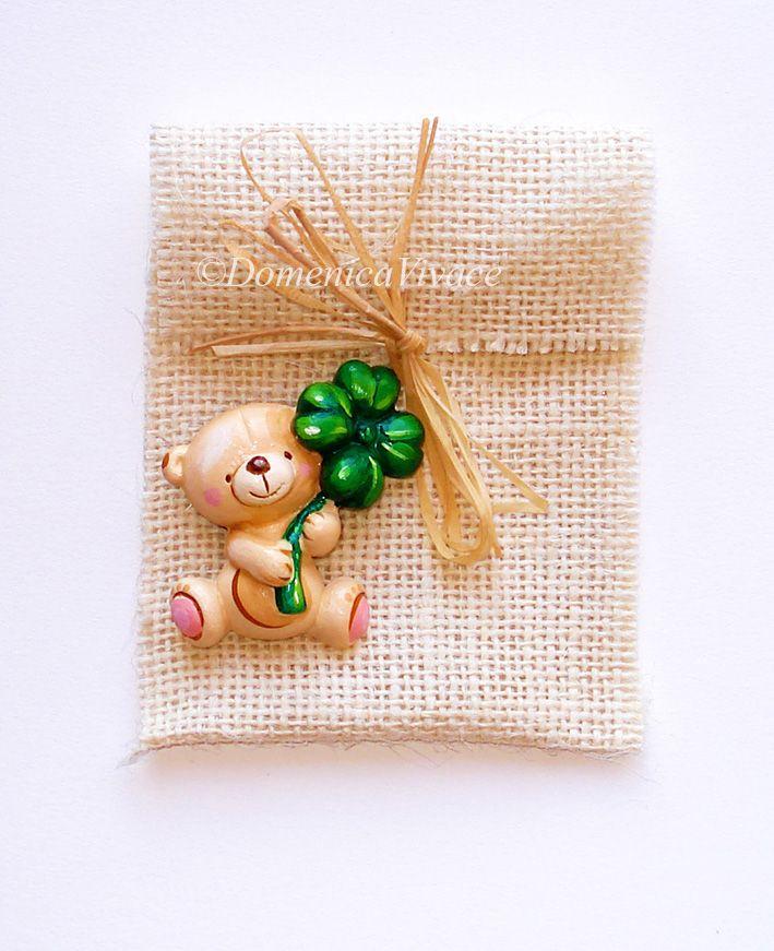Bomboniera Nascita, orsetto magnete dipinto a mano completo di sacchetto porta-confetti confezionato a mano.