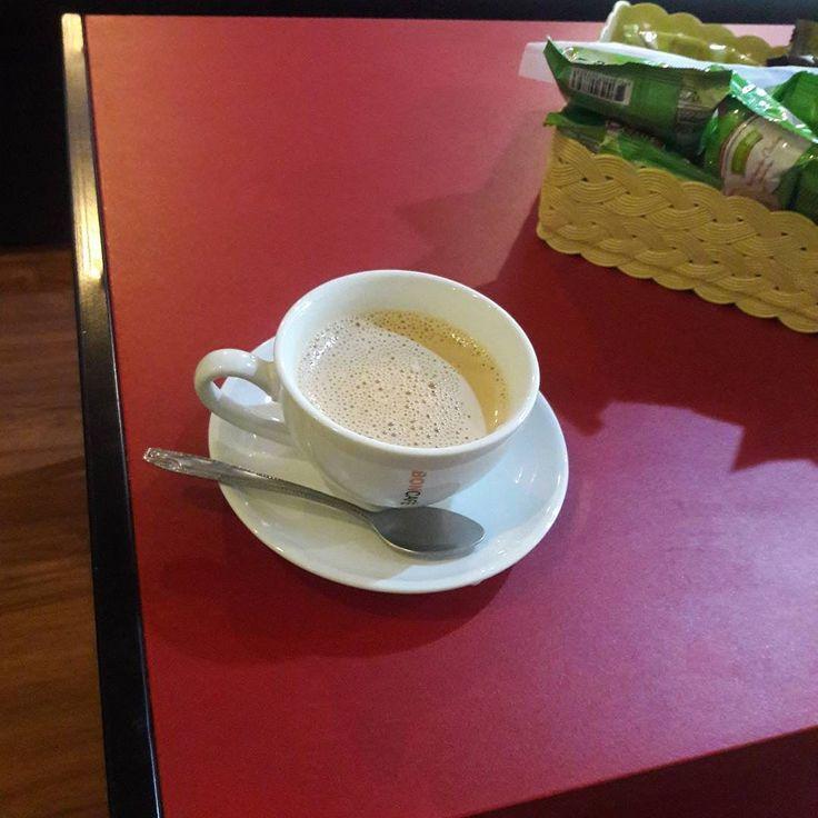 #ハジャイ 駅のThe Train Coffeeうまくはないが #マレー人 のウェイトレスがいつもニコニコしていて可愛らしい #タイ族 の女もタイ族にしては愛想が良い方だがいつも引きつり笑い昨日ローカル客を追い出して白人を座らせたのもタイ族の女だった コーヒー35バーツそれなりに小奇麗でエアコンとWiFiが一応ある店 #タイ