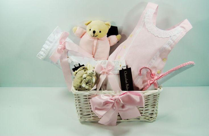 16. Empacador de regalos  A muchas personas les gusta que no sólo el regalo sea especial, sino también que se presente bonito. Y si tú tienes buen gusto para la decoración, puedes dedicarte a empacar regalos en bonitas cestas decorativas.