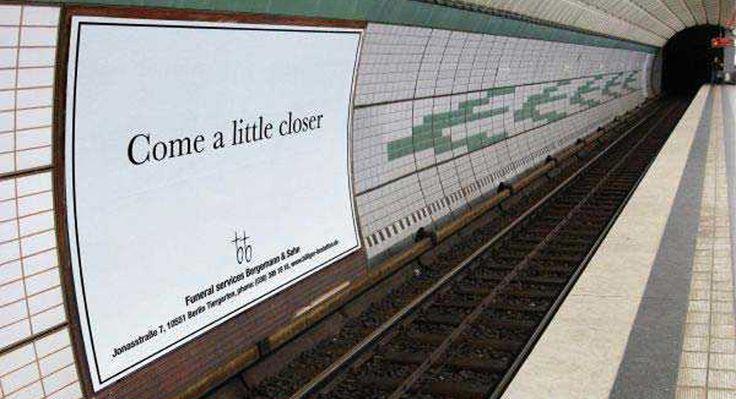 Guerrilla marketing 'Come a little closer' Berlino