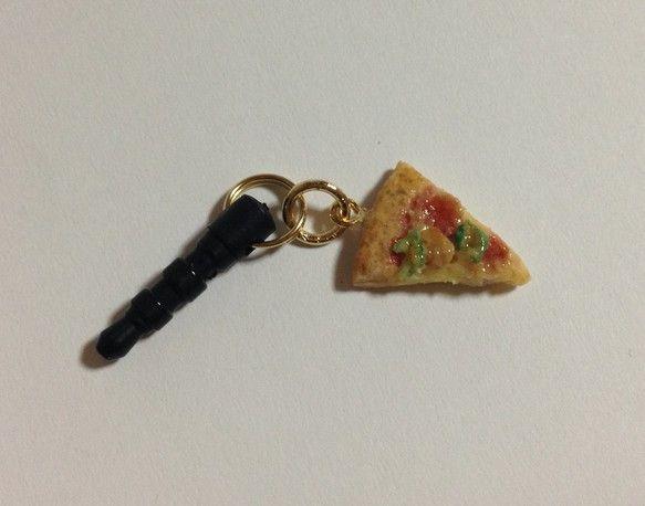 樹脂粘土で作ったカットピザのイヤホンジャックです。具はサラミ、ピーマン、マッシュルームです。大きさは1円玉を参考にしてください。繊細な作りのため、強く引っ張っ...|ハンドメイド、手作り、手仕事品の通販・販売・購入ならCreema。