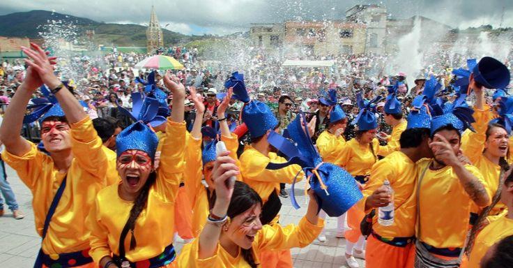 Foliões participam do Desfile da Família Castañeda, no Carnaval de Negros e Brancos, em Pasto, na Colômbia.  Fotografia: Mauricio Dueñas Castañeda /EFE.