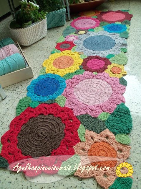 bright floral crochet rug. // Tapete croche barbante