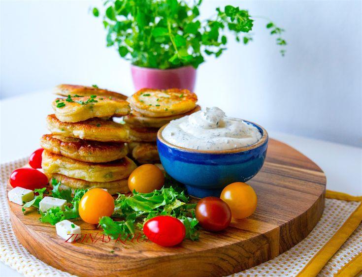 Fluffiga amerikanska pannkakor med fetaost och örter. Passar perfekt att servera som mellanmål med sallad och en god dippsås, som tillbehör vid maten eller att packa ner i matsäcken. RECEPT PÅ DIPPSÅSEN HITTAR DU HÄR! Ca 18 st pannkakor, 4 portioner 2,5 dl mjölk 2 st ägg 5 dl vetemjöl 2 tsk bakpulver 0,5 tsk salt 150 g fetaost Ca 1 dl finhackade örter av valfri sort (jag blandade gräslök och persilja) 4 msk smält smör Smör till stekning Gör såhär: Sikta ner alla torra ingredienser i en…