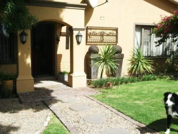 Ons Huisie - Ons Huisie is a beautifully appointed Guest House situated in Beaufort West, boasting a healthy climate and lovely weather all year round.The 2 Bedroomfamily unit consists two bedrooms with a double and ... #weekendgetaways #beaufortwest #southafrica