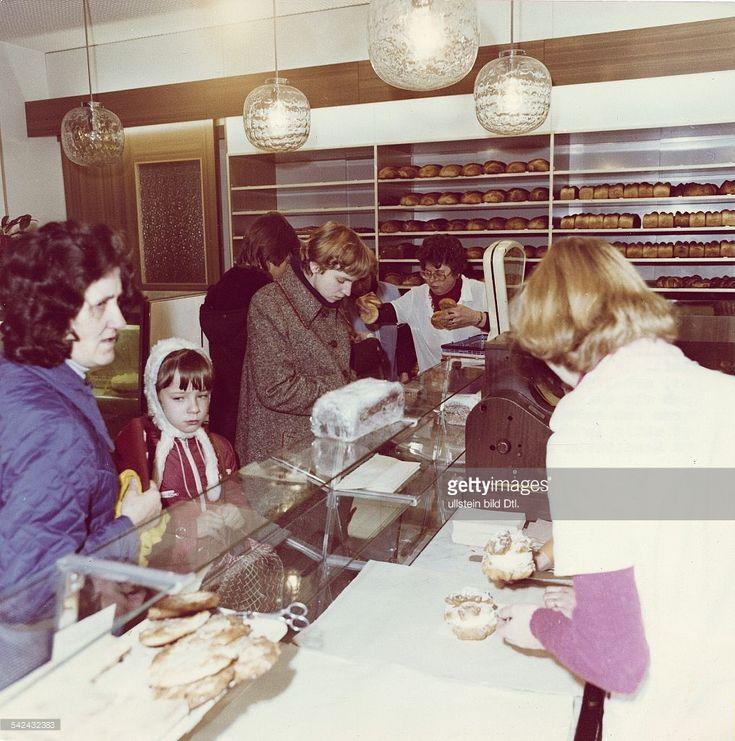 Privat betriebene Bäckerei von Gerd Schweingrüber im Bezirk Mitte in OstBerlin: Blick in den Verkaufsraum- 1978