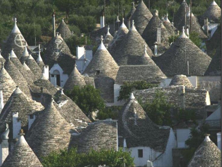 Трулли - это традиционные каменные жилища в городах Апулии (Италия), с коническими крышами, которые строились без применения цемента или раствора. Крыша Трулло состояла из двух слоев: нижнего слоя, который выкладывался из блоков известняка и верхнего, из плоских известняковых плит, который обеспечивал водонепроницаемость конструкции.