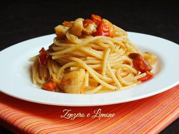 Gli spaghetti con capesante e pomodorini sono un primo piatto di pesce semplice, ma ricco di gusto e adatto ad ogni occasione.