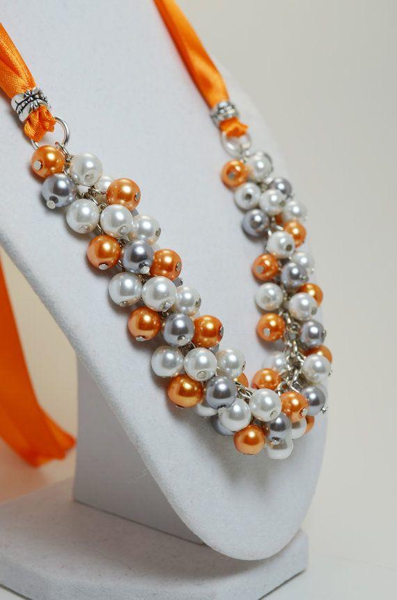 Collar racimo blanco gris y naranja racimo de perlas por Eienblue                                                                                                                                                      Más