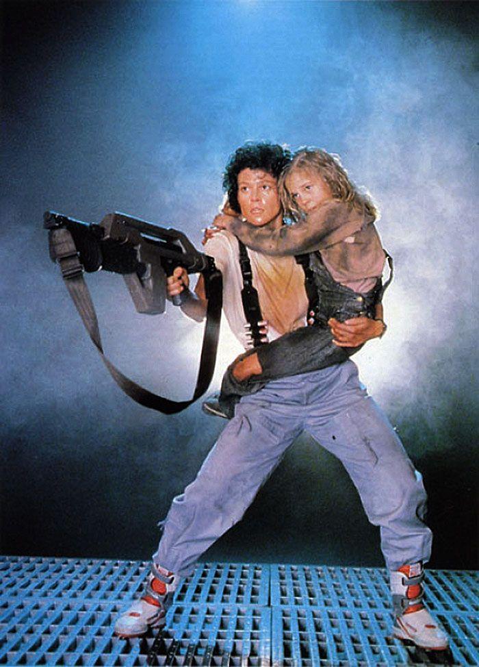 """Sigourney Weaver y Carrie Henn en""""Aliens: El Regreso"""" (Aliens), 1986"""