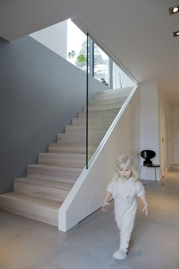 Trappen vår er i heltre ask og herdet glass med dører under som gjemmer rotet. Den er håndlaget av trappeprodusent og møblesnekker Normunds Majenieks.