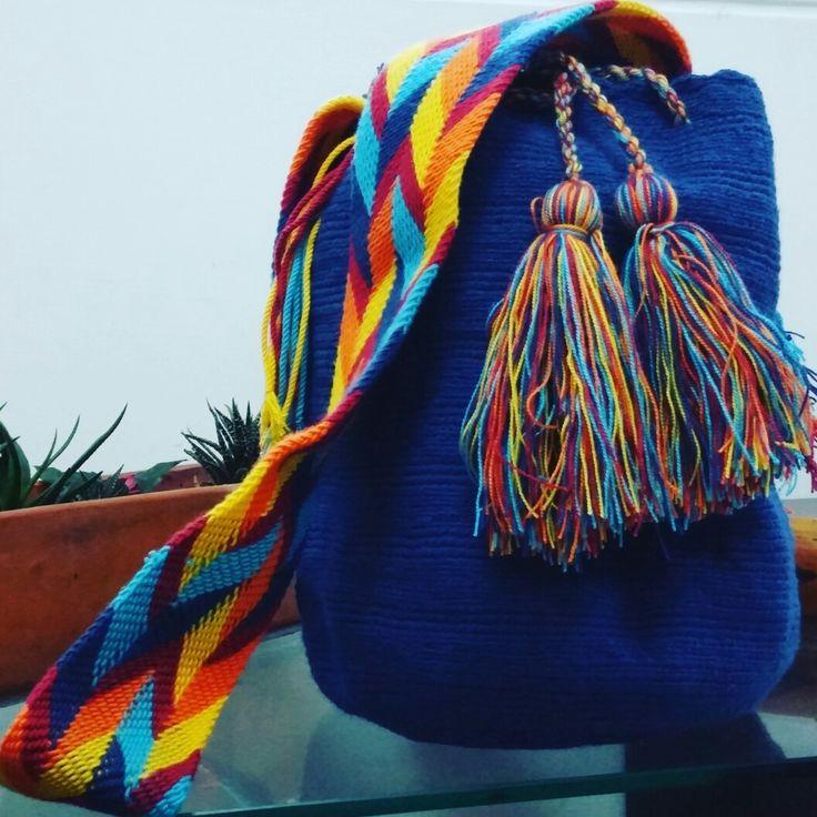 Mochila wayúu un solo color. Tejida a mano a un hilo 100% algodón.   Medias aproximadas: -diámetro 20cm -alto 28 a 30cm -faja 120cm *Incluye amarraderas.   Obsercaciones:  IMPORTANTE:El diseño de faja puede variar ligeramente.   producto hecho 100% a mano por indígenas Wayúu.
