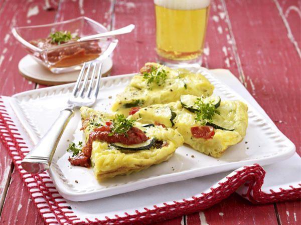 Nudel-Omlette mit Kirschtomaten und Zucchini I Quelle: lecker.de