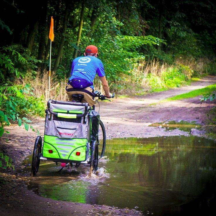Na jak dużo można sobie pozwolić z przyczepką? Wbrew pozorom całkiem sporo. Brodzenie w głębokich kałużach strome podjazd i zjazdy drogi leśne polne i prawie bezdroża. Praktycznie wszystkie trasy dostępne dla rowerów trekingowych da są dostępne dla przyczepki. Duże koła amortyzacja gwarantują bezpieczeństwo. Czasami tylko brakuje przełożeń (a raczej nogi) - u nas problem rozwiązała wymiana zębatek.  #cycling #cyclingphotos #rower #weekend #wycieczkarowerowa #queridoo #las #wirtualneszlaki…