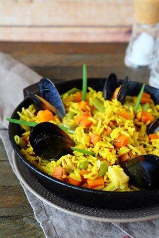 Paella oppskrift (5 personer) 1 kg kyllingfilet, skåret i terninger 1 dl olivenolje 2 løk 1 rød paprika, skåret i terninger 3 dl langkornet ris 3 dl hvitvin