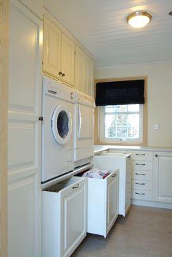 Tvättkorgar (vitt/färgat) med hjul, som ser ut som skåpluckor och står direkt under tvättnedkastet från övervåningen.