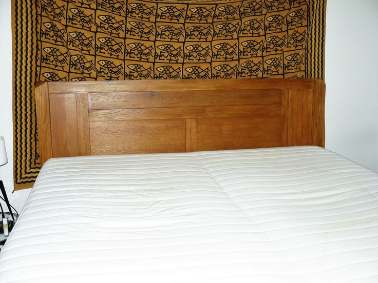 """postel s masivním čelem vycházející z postele """"typ V"""""""