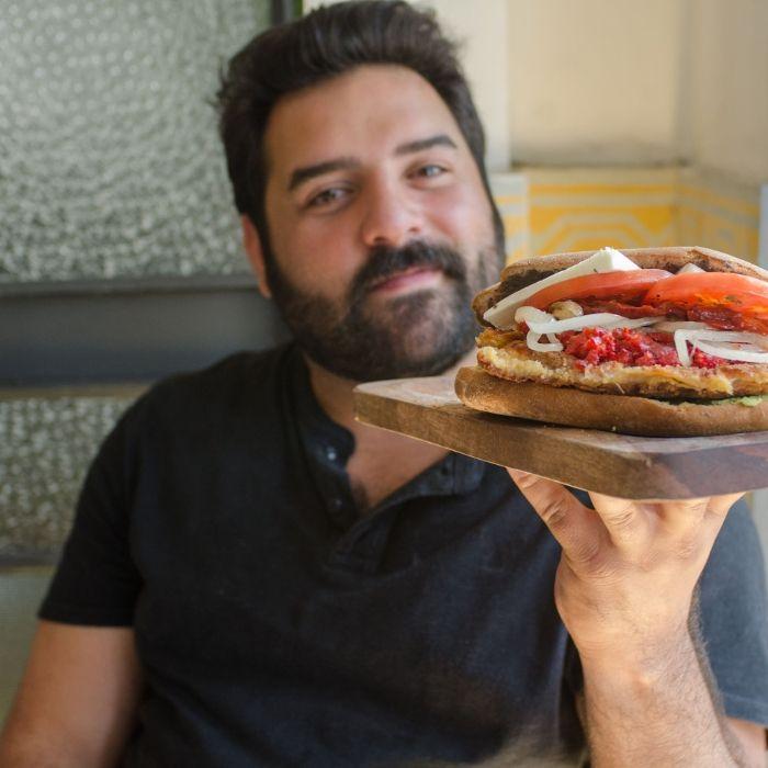 Hablamos con Pedro Reyes, autor de ''¡Acá, las tortas!', sobre las torterías de México. Mientras, nos preparó su torta favorita, con milanesa y chicharrón prensado.