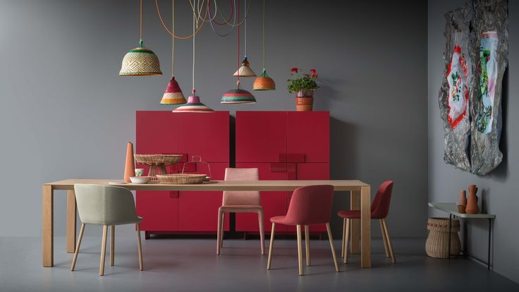 WOODY tavolo rovere naturale; ESSE sedie e poltroncina in tessuto e rovere naturale; EMI SLIM sedia in tessuto; GINEVRA madia laccato opaco melograno | WOODY natural oak table; ESSE chairs and armchair with fabric cover and natural oak base; EMI SLIM chair with fabric cover; GINEVRA melograno matt lacquered sideboards | PIANCA | www.pianca.com