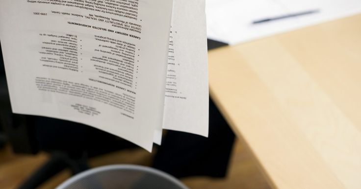 Cómo incluir una lista de referencias en un CV. En una búsqueda de trabajo, las referencias que mencionas en tu currículum vitae pueden tener un efecto positivo o negativo sobre la posibilidad de que te contraten. Elige sabiamente tus referencias y haz una lista de ellas en un CV que te garantice recomendaciones profesionales que te ayudarán en el sendero de tu carrera.