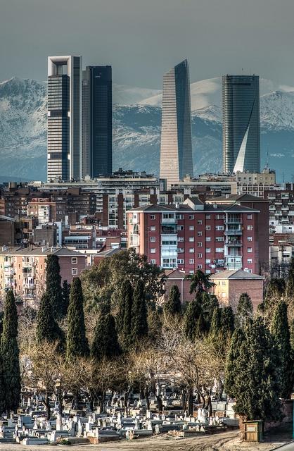 Vista del cementerio de La Almudena con las Torres de Madrid al fondo. Madrid.