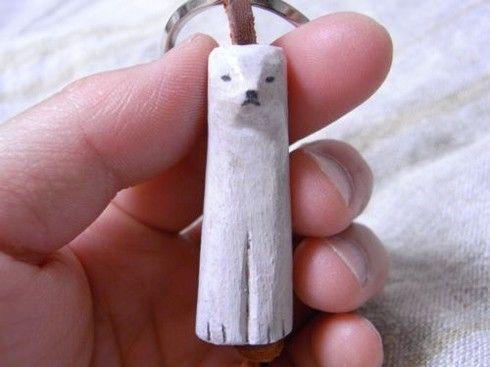 やさしいしろくま。一つずつ木から彫りだした、どうぶつのキーホルダー。オーダーをいただいてから制作します。素材:木材、バターミルクペイント(着色剤)、革、キーホ...|ハンドメイド、手作り、手仕事品の通販・販売・購入ならCreema。