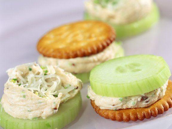 Cracker mit Gurke und Schnittlauchcreme ist ein Rezept mit frischen Zutaten aus der Kategorie Schwein. Probieren Sie dieses und weitere Rezepte von EAT SMARTER!