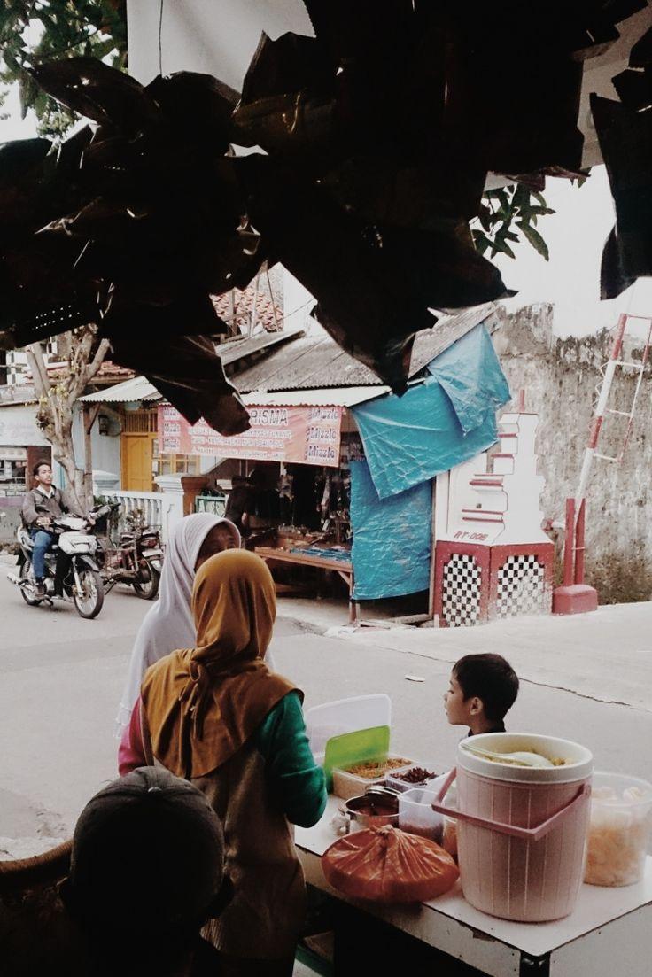Percakapan sore hari antara penjual nasi uduk dan pembeli