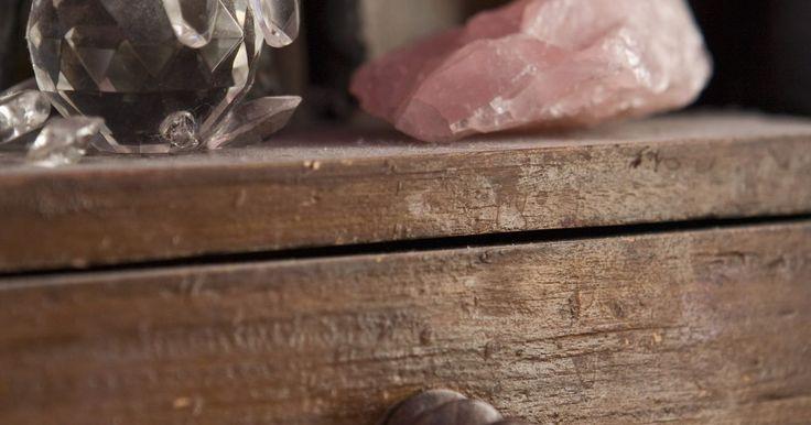 Aprende a adornar la parte superior de la cómoda. Cada pieza de mueble de tu dormitorio debe ser funcional y también estéticamente agradable. Usa tu cómoda para algo más que guardar tu ropa interior, medias y camisetas, decora su parte superior para derivar tu mirada, relajar tu mente y hacer que tu espacio para dormir se sienta clásico y acogedor. Deja el hábito de tirar las cosas de tus ...