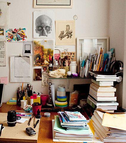 """Entgegen dem minimalistischen Trend ist so ein """"überfüllter"""" und realistischer Schreibtisch doch auch ganz motivierend."""