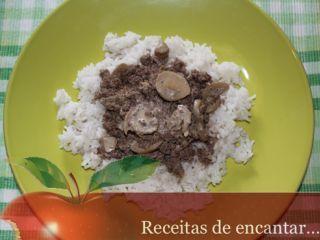 Carne picada com molho de natas e cogumelos - Receita Petitchef