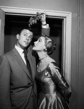 mistletoe kiss: Christmas Parties, A Kiss, Buckets Lists, Holidays Style, Vintage Kiss, Christmas Portraits, Modern Christmas, Cocktails Parties, Xmas Cards