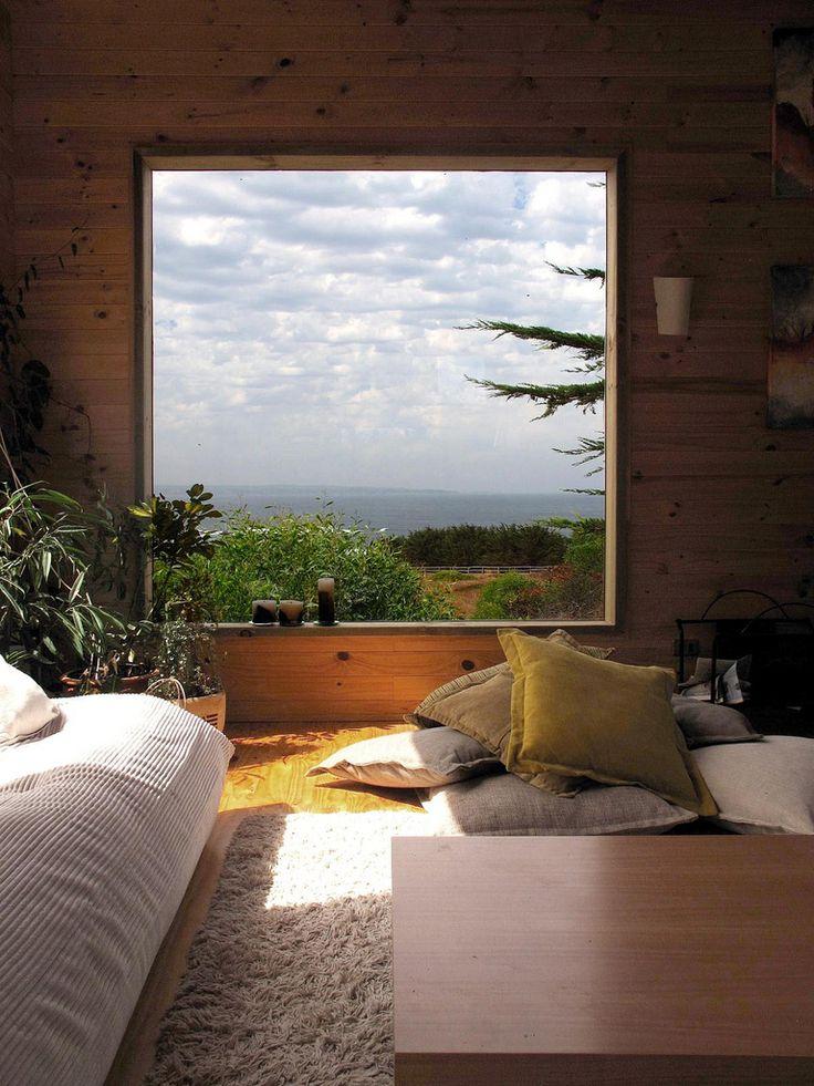 Quand la fenêtre se confond avec une peinture. Vue sur un paysage magnifique.