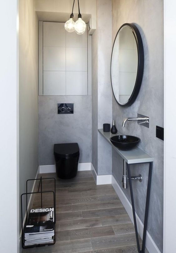 kleines bad modern bodenfliesen holzoptik graue wandfarbe schwarze sanitärobjekte